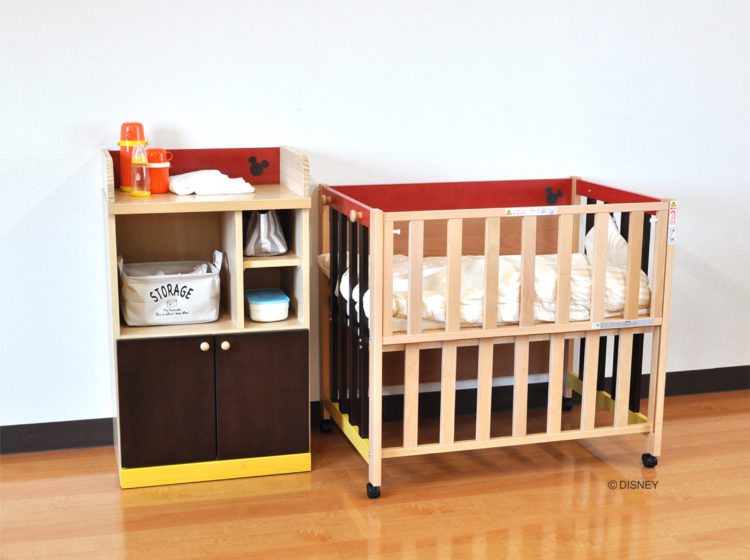 ベビーベッドの横に置いておむつや衣類を収納すると便利です。